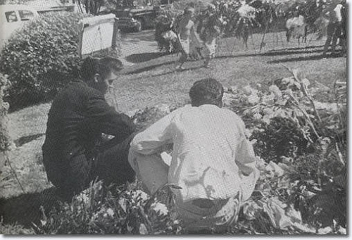 tl_files/Biografie/1958_Elvis_on_Gladys_grave.jpg